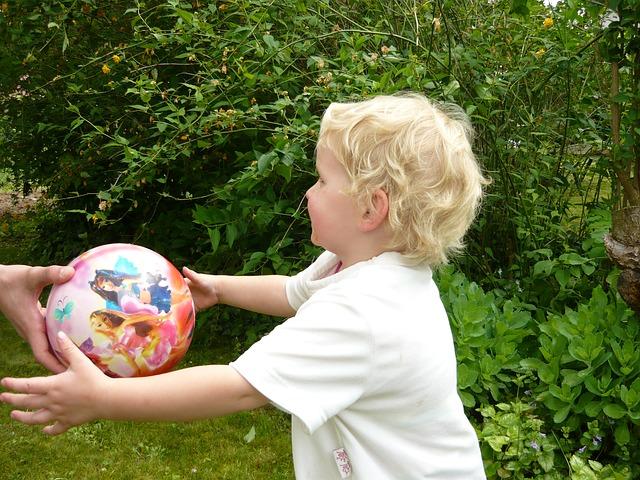 ボール遊びをする女の子