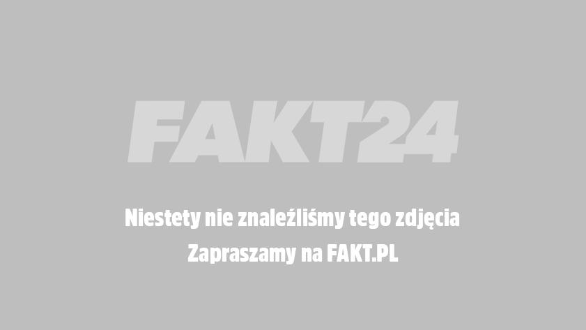 Uśmiechnięty Jarosław Kaczyński podnosi do góry dłoń z wystawionym go góry kciukiem.