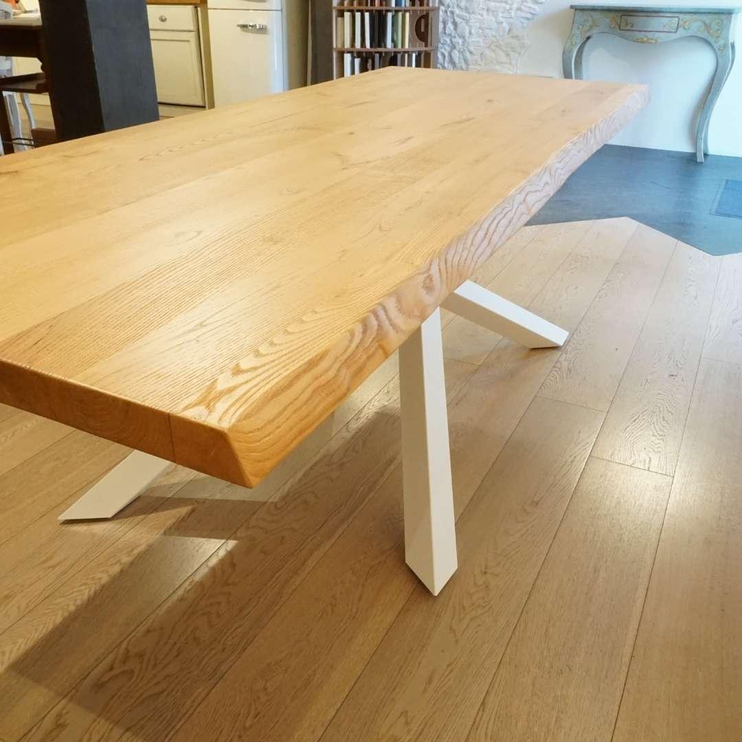 Possiamo fare gambe in legno per tavoli in qualunque misura e soluzione. Tavolo In Legno Con Gambe Incrociate In Ferro Bianco Shang