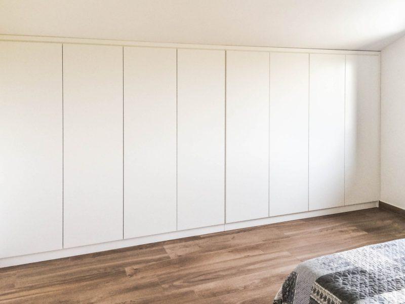 Armadio a muro per mansarda - laccato bianco