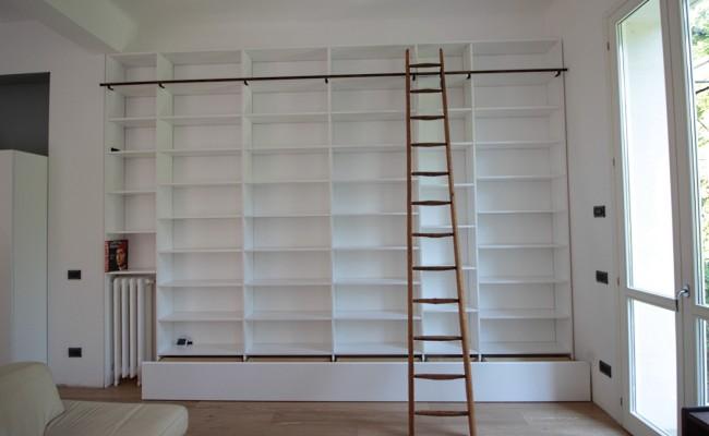 Libreria laccata bianco opaco con scala  Falegnameria