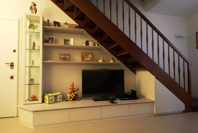Da un soggiorno con scala in legno si sale in mansarda