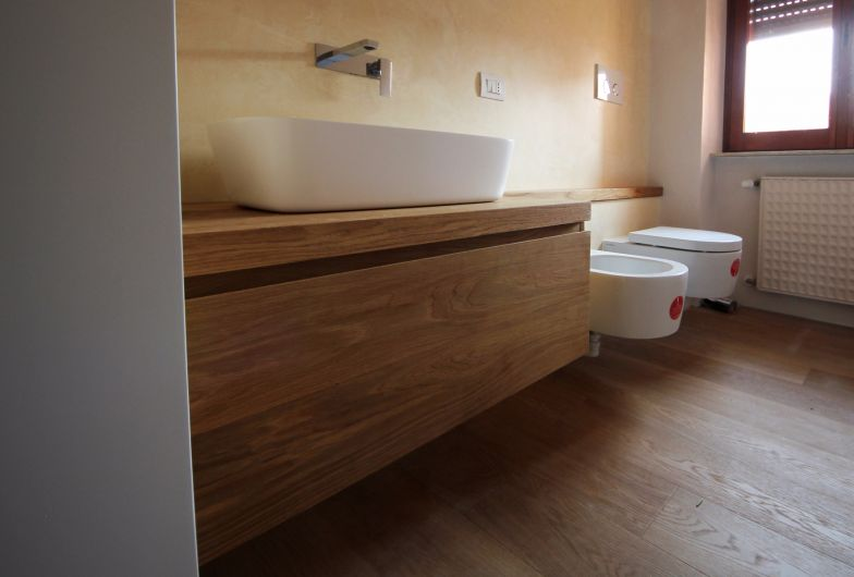 Mobili bagno sospesi in rovere naturale per due bagni