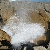 Eines der 'Blow holes', durch die die Wellen an den Pancake Rocks hoch schlagen