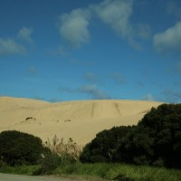 Die riesige Te Paki Düne aus der Ferne