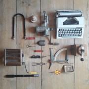 Flatlay mechanisches Spielzeug_Schreibmaschine_Nudelmaschine_Nussknacker_Fleischwolf_Kaffeemühle_Briefwaage_Taschenmesser