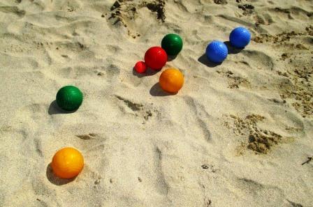 Strand-Boccia. Ein Spaß für die ganze Familie. Vor allem für den Gewinner.