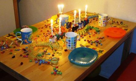 Geburtstagstisch. Mit Zug, Luftschlangen und Smarties.