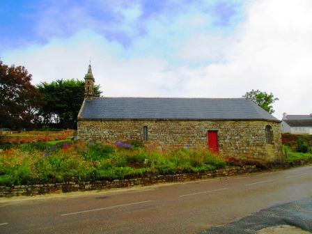Rote Tür an Kirche.