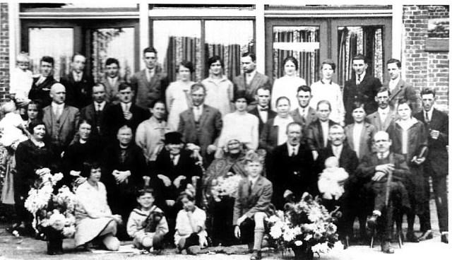 60-jarig huwelijk van Willem van de Par (1840) en Petronella van der Weegen (1838) op 5 november 1929 in hotel de Kruispoort te Steenbergen. Verder op de foto: Gerard en Adriaan van de Par, Jan en Adriaan Bouwmeester, Jaantje de Bruin, Machiel van de Par en Geertruida van der Weegen.