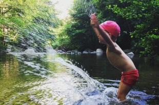 enfant-joue-avec-eau