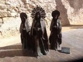 Sculpture des trois Marias près de la basilique de Santa Maria