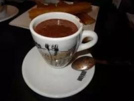 La famille nomade fait une pause chocolat chaud