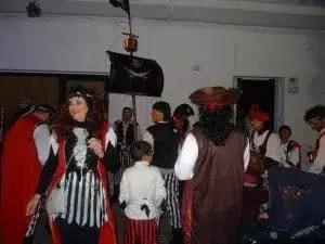 Le soir, c'est la fête dans les rues de Chipiona pendant le carnaval
