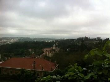 Une vue sur la ville de Sintra avec la famille nomade