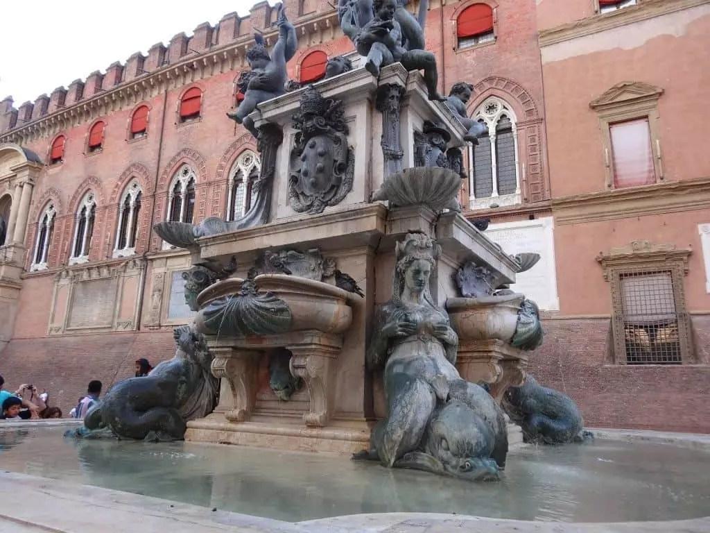 fontaine de neptune Bologne-famille nomade digitale- voyager tout en travaillant