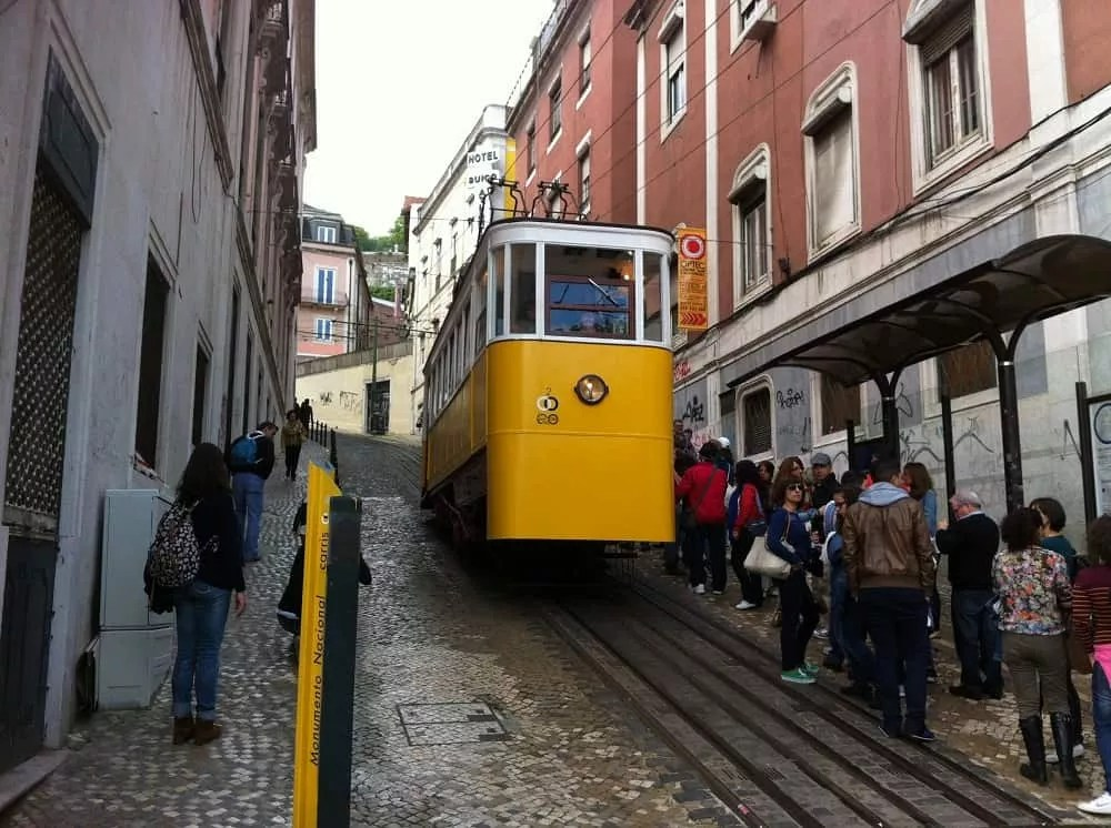 Notre vie nomade au Portugal-Tramway jaune à Lisboa_famille nomade digitale