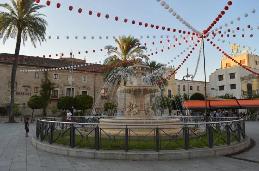 Famille nomade digitale sur la plaza d'Espana à Merida