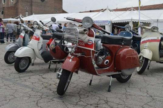 Exposition-de-Vespa-a-Padova-en-octobre-famille-nomade-digitale