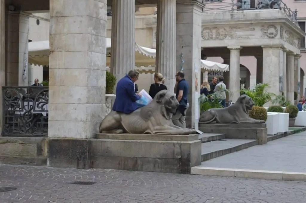 la-terrasse-atrium-du-caffe-pedrocchi-famille-nomade-digitale-voyager-tout-en-travaillant-grace-a-internet-en-italie