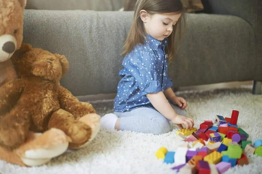 Faire ecole à la maison - enfant qui joue