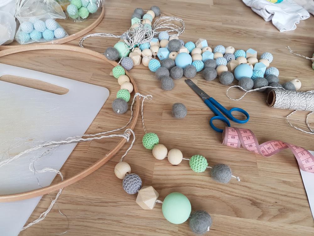 fabriquer un mobile bébé maison diy perles de bois