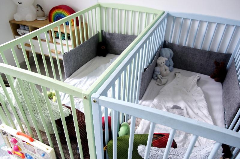 décoration chambre jumeaux lit bébé bleu lit bébé vert