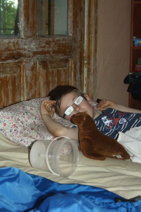 Mit Eimerchen und vom Fieber beschlagenen Brillengläsern - armer Janis!