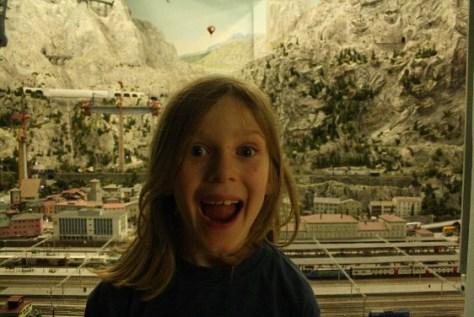 Wie das Miniaturwnderland Kindern im Grundschulalter gefällt? Genau so! (Wondering how children like the Miniature Wonderland in Hamburg? This is how!)