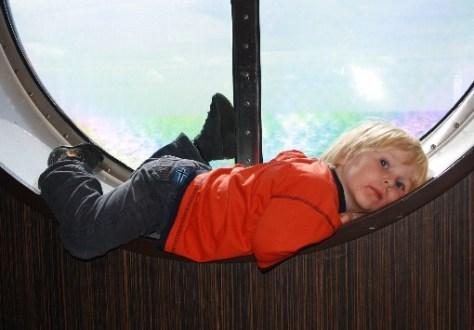 Silas erkundet die Fähre und findet überall ein Plätzchen, um es sich gemütlich zu machen. (Silas explores the ferry and finds a place to rest.)