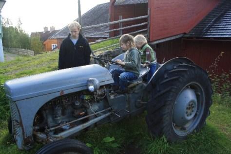 """Da schlägt das Herz eines jeden Y-Chromosom-Trägers höher: Probesitzen auf einem alten Trecker vor einem norwegischen Bauernhof mit der typischen Auffahrt zum Heuboden (die übrigens auch in der """"freien Wildbahn"""" heute noch so aussehen)."""