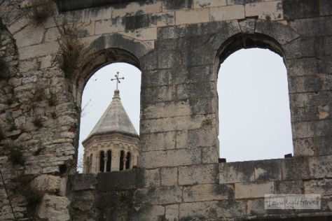 Das Mausoläum des Herrschers überragt heute der Kirchturm - was als Demonstration des heidnischen Kaisertums geplant war, enthält heute ziemlich viel Christentum.