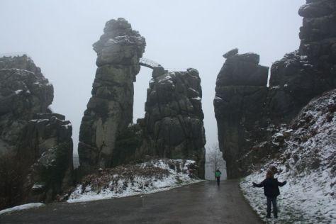 Die Externsteine von hinten: Grottenfelsen, Turmfelsen, Treppenfelsen (von links).