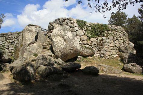 Eingang zur Bronzezeit-Festung Cucuruzzu, Korsika