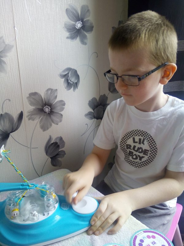 KumiKreator bracelet making