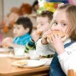 School-lunch-girl-eating