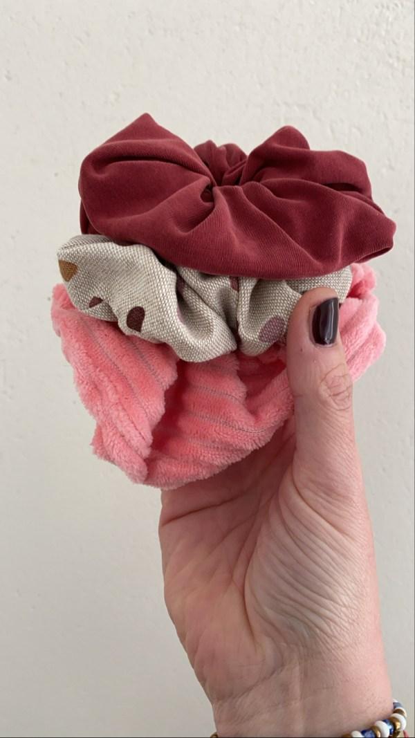 Scrunchie: bordeaurode tricot met silk-glans