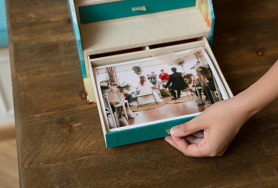 Cajón de fotos en el interior de la caja