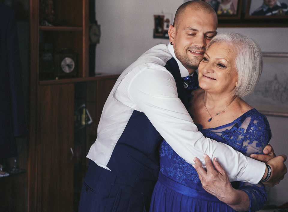 06 abrazo tierno de novio a su madre