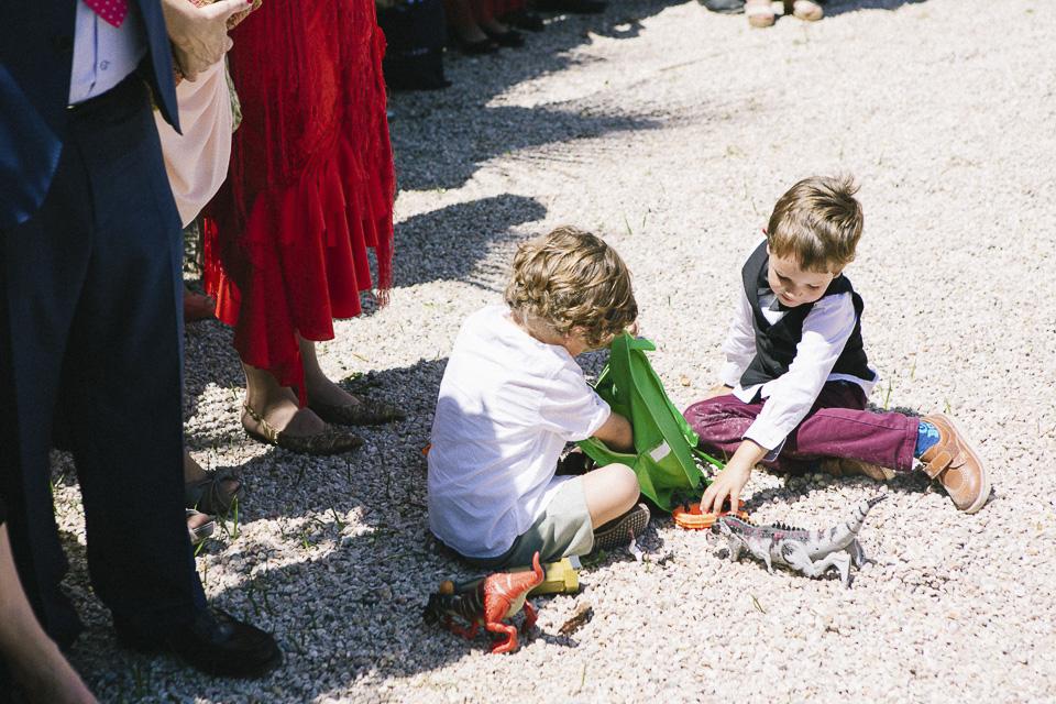 30 niños jugando con juguetes durante la boda