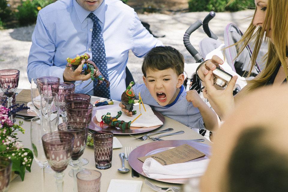 43 detalle de niño jugando en boda