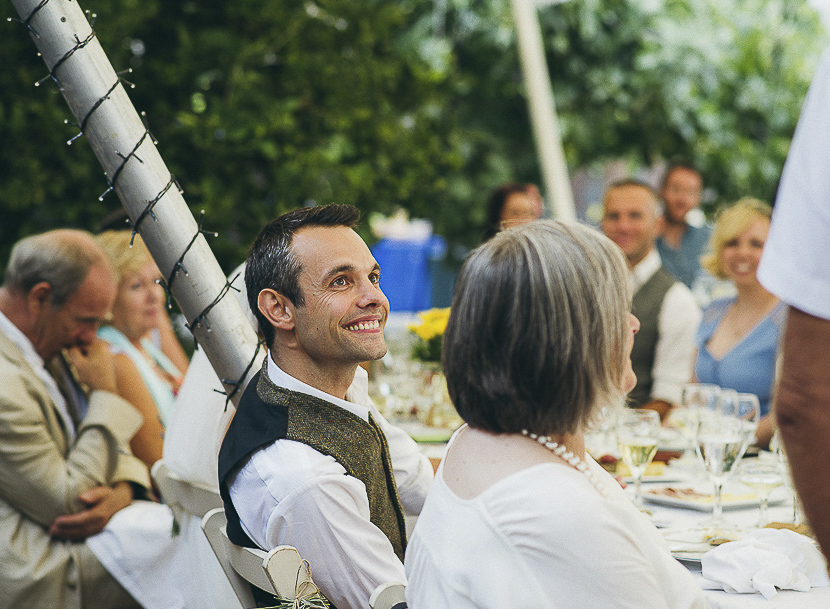 45 novio feliz en banquete
