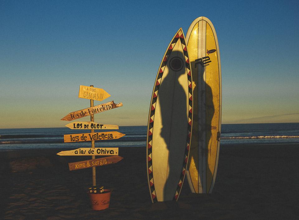 14 sombras de pareja sobre tabla de surf