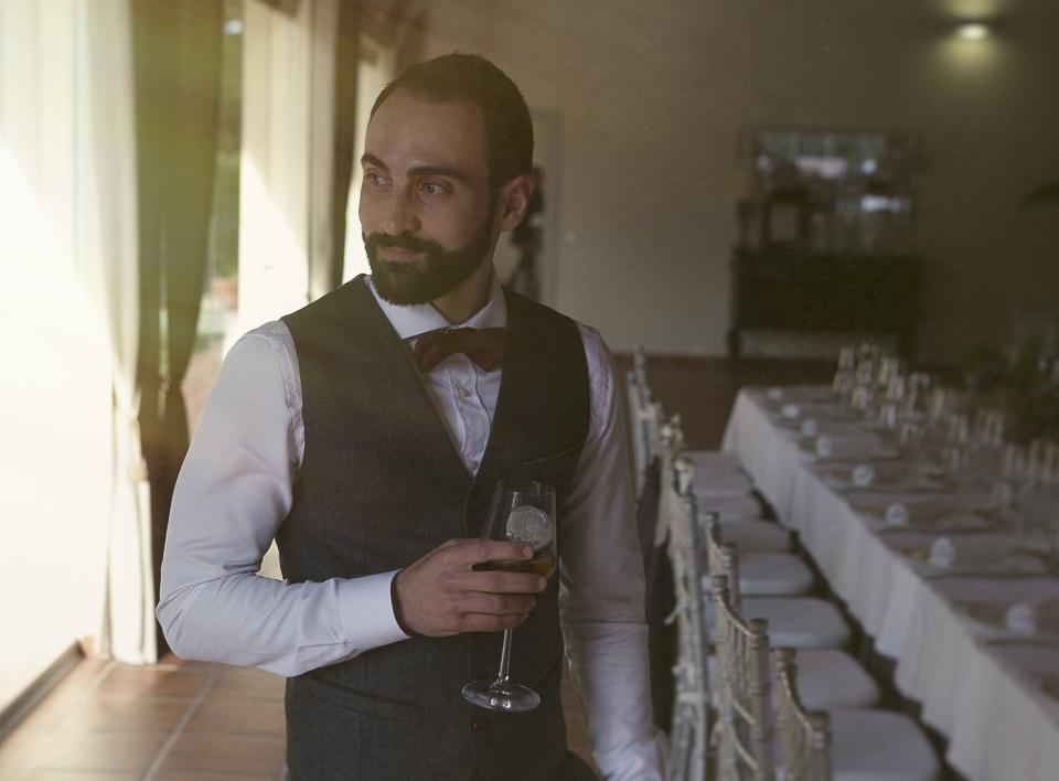 novio esperando en el salón de boda