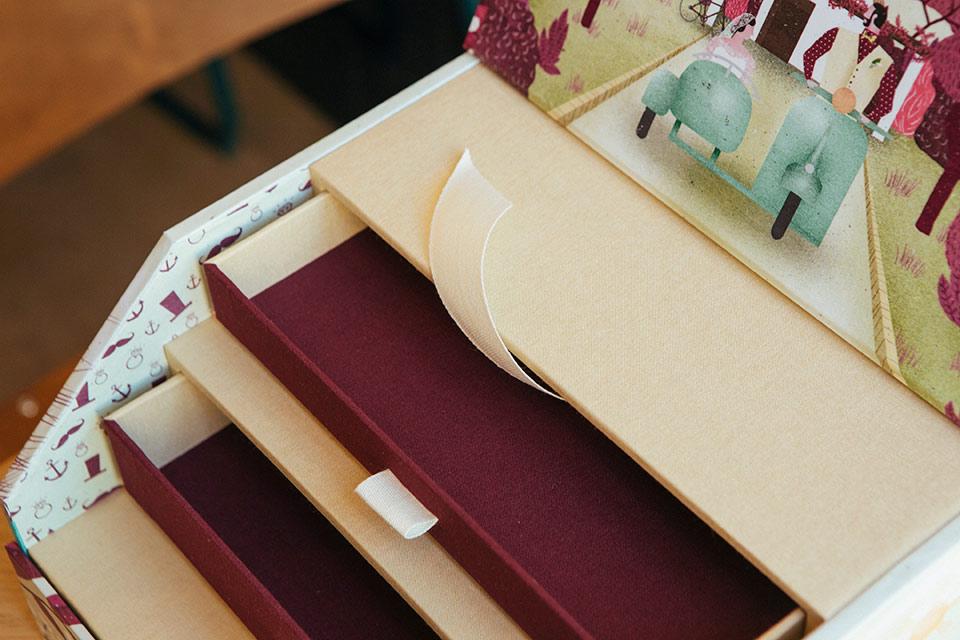cajones-en-color-marsala-y-crema-de-caja-ilustrada-para-boda