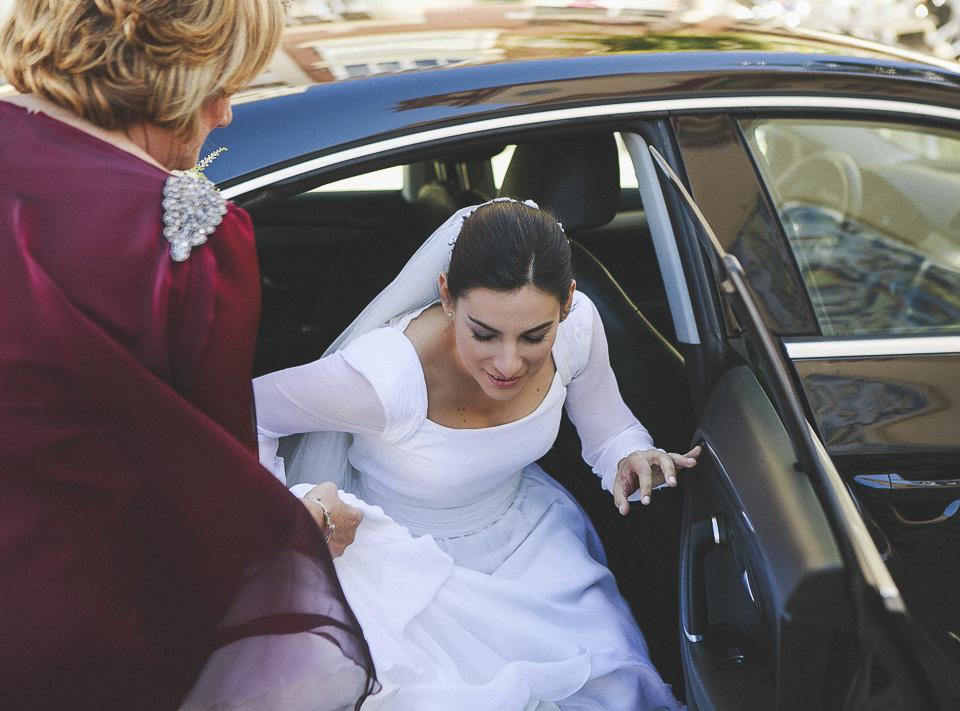24 novia bajando del coche de boda