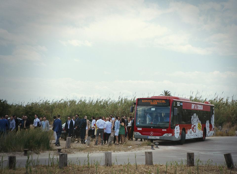 07 llegada de los invitados en bus