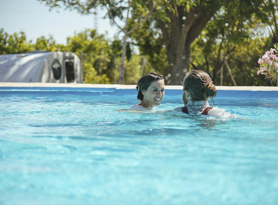 122 novios en piscina