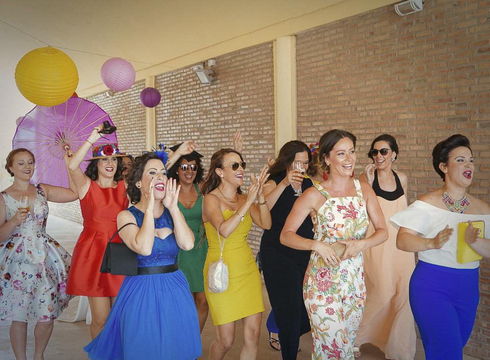 16 amigas anunciando la llegada de la novia