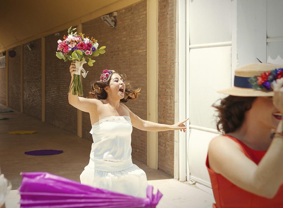 17 novia cantando feliz